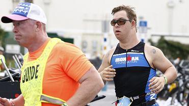 Chris Nikic (z prawej) podczas zawodów Ironmana
