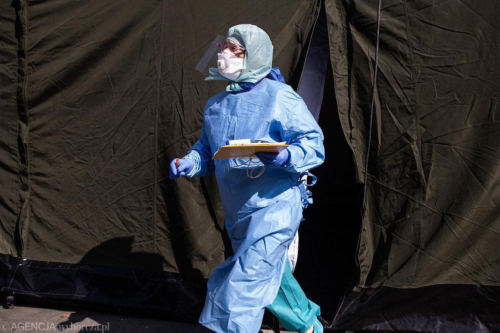 Pandemia koronawirusa. Namiot przesiewowy przy Samodzielnym Szpitalu Publicznym nr 4 w Lublinie, 23 marca 2020