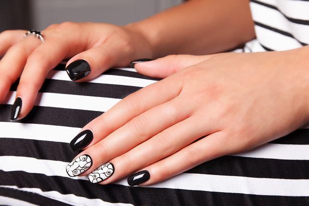 Paznokcie czarno-białe. Zdjęcie ilustracyjne