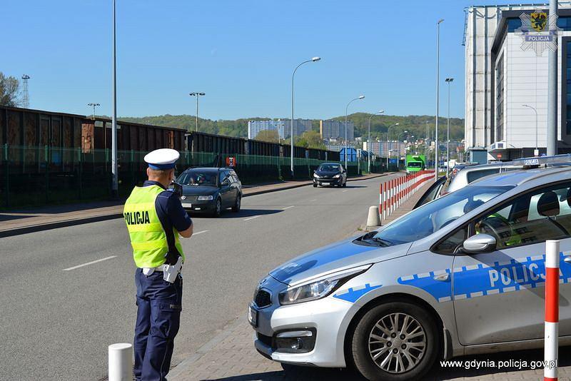 Policjant podczas kontroli prędkości w czasie długiego weekendu