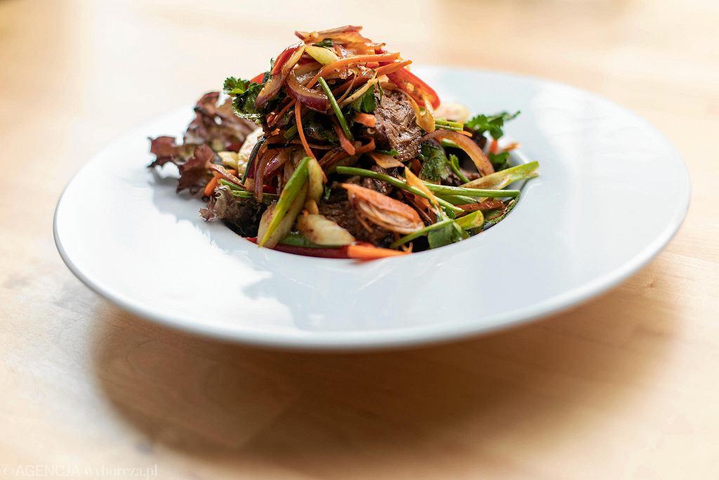 Salatka Yum Neau Yaang z restauracji tajskiej Basil & Lime / DAWID ZUCHOWICZ