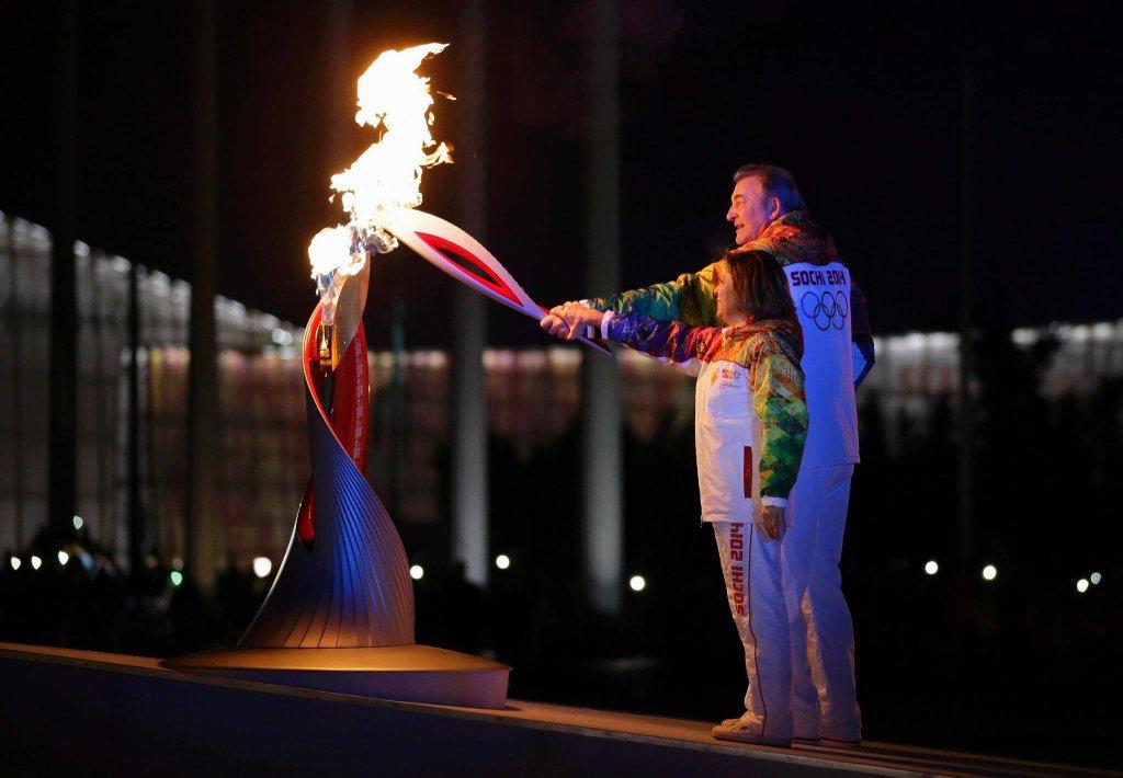 Znicz olimpijski zapalili wspólnie słynna w przeszłości łyżwiarka figurowa Irina Rodnina oraz legendarny hokeista Władisław Trietjak.