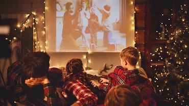 Filmy świąteczne co roku wprowadzają niepowtarzalną atmosferę do domu. Zdjęcie ilustracyjne