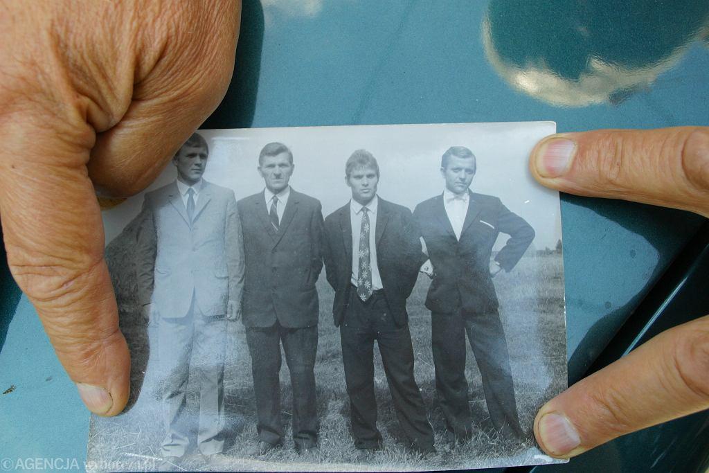 Bracia Kowalczykowie na zdjęciu rodzinnym. Jerzy drugi z prawej