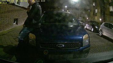 Policja publikuje mężczyzny, poszukiwanego w sprawie kradzieży taksówki.