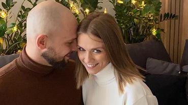 Agnieszka Kaczorowska w mężem i córką pozuje przy choince. Emilka biega w stroju Mikołaja!