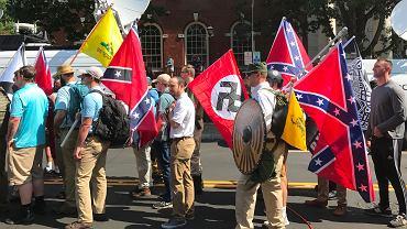 Członkowie grup alt-prawicowych demonstrują w Charlottesville, Virginia w sierpniu 2017 roku