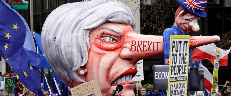Wściekła May z długim nosem. Przeciwnicy brexitu na ulicach domagają się pozostania w Unii