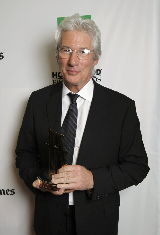 Actor Richard Gere holds his Hollywood Career Achievement Award at the 16th annual Hollywood Film Awards Gala in Beverly Hills, California October 22, 2012.  REUTERS/Mario Anzuoni (UNITED STATES - Tags: ENTERTAINMENT)