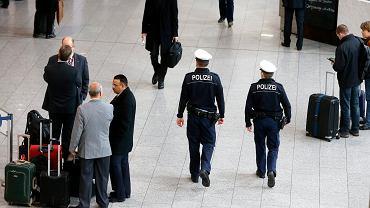 """Lotnisko we Frankfurcie. Patrol policji po zamachu na redakcję tygodnika """"Charlie Hebdo"""""""
