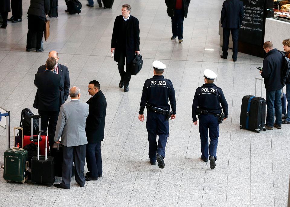 Lotnisko we Frankfurcie. Patrol policji po zamachu na redakcję tygodnika