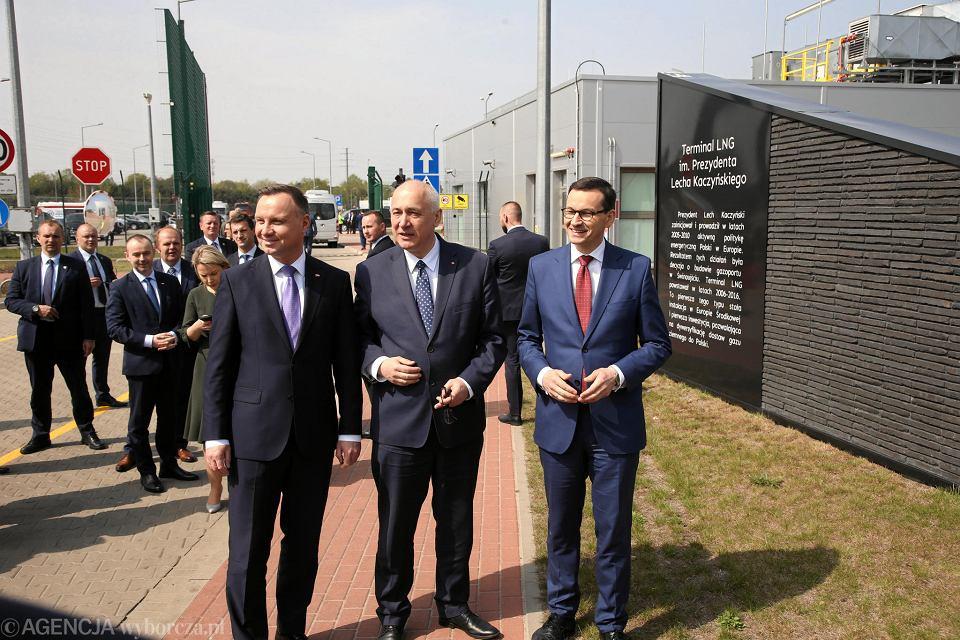 Prezydent Andrzej Duda, minister Joachim Brudziński i premier Mateusz Morawiecki na uroczystości podpisania umowy w sprawie rozbudowy Terminala LNG w Świnoujściu