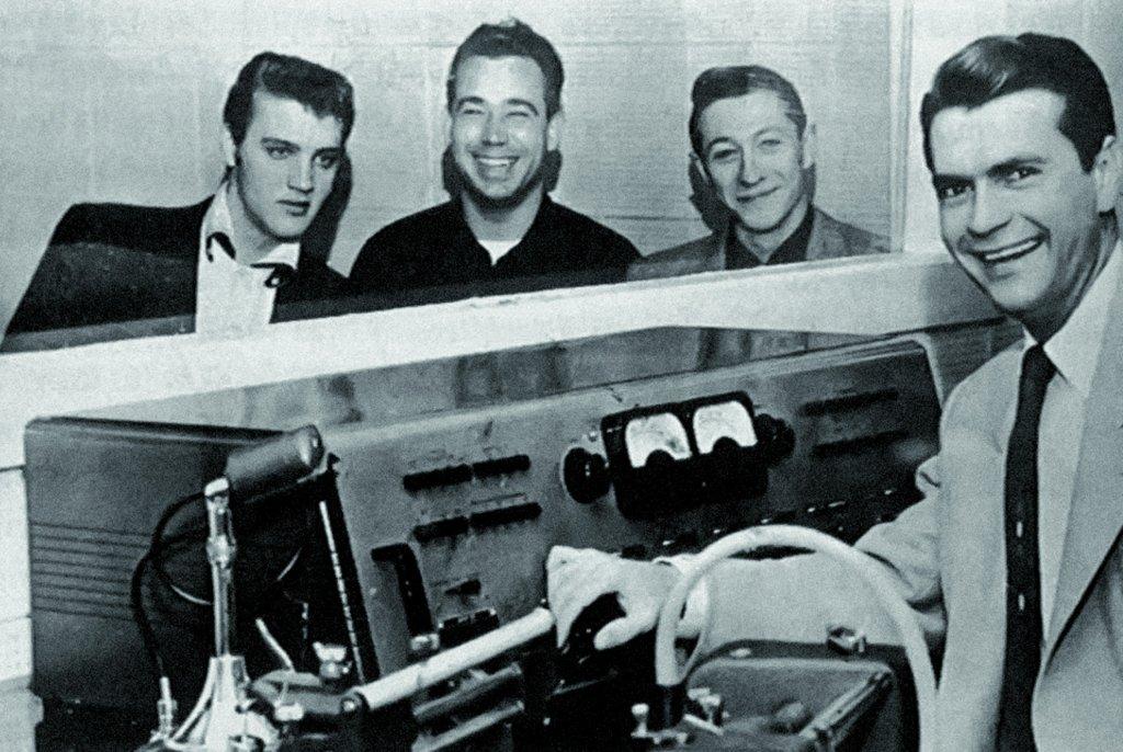 Elvis Presley - pierwszy z lewej; Sam Phillips - pierwszy z prawej