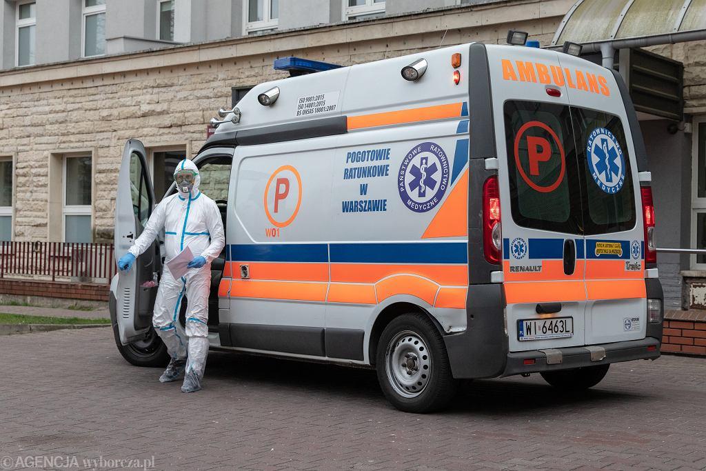 19.03.2020, Warszawa, koronawirus, karetka przed szpitalem MSWiA na Wołoskiej.