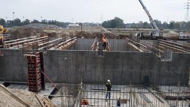 Na otwarcie nowego stadionu GKS-u trzeba jeszcze poczekać ze dwa lata. Z każdym tygodniem obiekt coraz odważniej wychodzi jednak z ziemi. Na terenie przy ulicy Edukacji trwa jedenasty miesiąc realizacji inwestycji - 'Modernizacja Stadionu Miejskiego w Tychach wraz z wyposażeniem'. Najbardziej zaawansowane prace trwają w rejonie trybuny zachodniej oraz północnej. Kilka tygodni temu robotnicy wylali beton pod fundamenty nowych trybun. Dziś jest już w tym miejscu wysoka na kilka metrów konstrukcja, która będzie podstawą nowoczesnego obiektu. Według umowy Mostostal Warszawa ma 30 miesięcy na zakończenie prac. Za około 130 milionów złotych w Tychach powstanie w pełni zadaszony obiekt na 15 tysięcy miejsc.