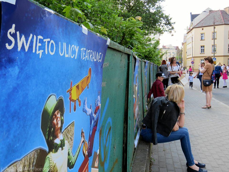 Zdjęcie numer 12 w galerii - Wielka zabawa na niezwykłej ulicy. Teatralna bawi się na całego [ZDJĘCIA]