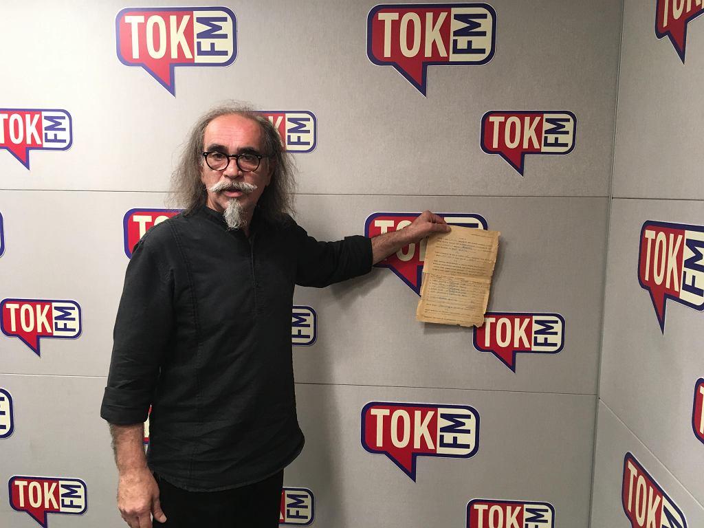 Milo Kurtis pokazuje umowę, którą zespół Maanam podpisał w 1977 roku.
