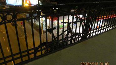"""W nocy Pogotowie Drogowe ZDM zdemontowało rower, który ktoś """"zaparkował"""" po zewnętrznej stronie balustrady na moście Poniatowskiego."""