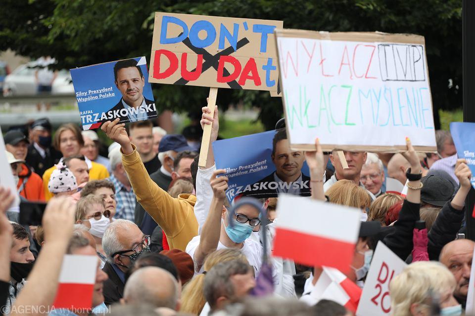 8.07.2020, Łuków, zwolennicy Rafała Trzaskowskiego na wiecu wyborczym Andrzeja Dudy podczas kampanii prezydenckiej.