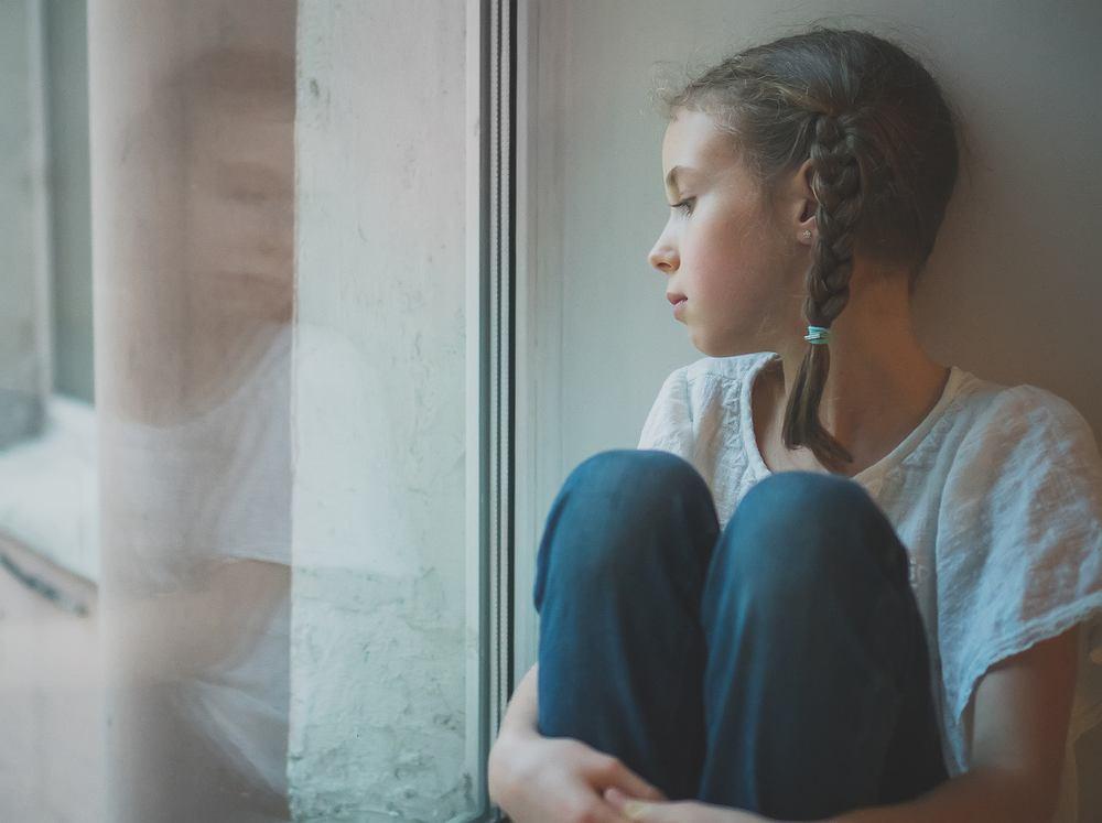 Apatia to stan psychiczny, który objawia się zmniejszeniem zdolności do odczuwania emocji i bodźców. To utrzymujący się przez dłuższy czas spadek samopoczucia, zobojętnienie emocjonalne i obniżenie aktywności fizycznej.