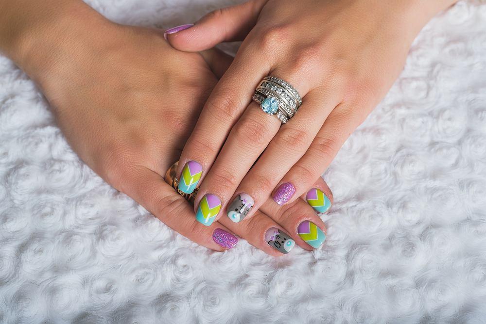 Szewron manicure to hit na ten sezon. Jak wygląda? Jak go samodzielnie zrobić?