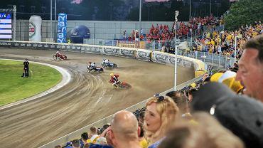 Wynikiem 42:48 zakończył się piątkowy wyścig pomiędzy Speed Car Motorem Lublin, a Betard Spartą Wrocław. Betard Sparta to mocna drużyna, która aspiruje do miejsca na podium. Poza tym trenerem wrocławian jest Dariusz Śledź, który przez ostatnie dwa sezony prowadził lubelski zespół - zresztą z powodzeniem, bo wywalczył z Koziołkami awans najpierw do Nice 1. LŻ, a w minionych rozgrywkach wszedł z nimi do najmocniejszej ligi świata, czyli PGE Ekstraligi. On doskonale zna lubelski tor i wszystkie korzystne ścieżki. Niemniej jednak beniaminek znad Bystrzycy przed tygodniem stawił faworyzowanemu rywalowi zacięty opór, czego dowodem jest zaledwie czteropunktowa wygrana drużyny z Wrocławia (47:43). W zwycięskiej ekipie najlepiej pojechali Maciej Janowski, który wywalczył 11 punktów, a dzielnie wspierali go junior Maksym Drabik (10+1) i Max Fricke (8+3). Przed rewanżem menedżer Jacek Ziółkowski i trener Maciej Kuciapa dokonali totalnego przestrojenia składu Speed Car Motoru. W zasadzie pod swoim numerem pojechał tylko Michelsen, reszta zawodników otrzymała inne.