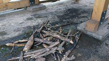 Pozostałości po ognisku wewnątrz wieży na górze Cergowa
