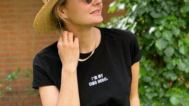 Małgorzata Socha w słomkowym kapeluszu. Jest teraz w promocji