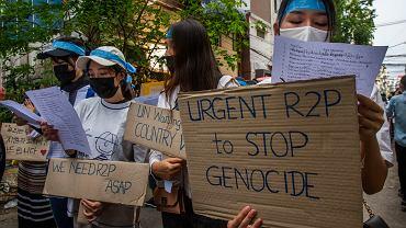 Mjanma. Protesty przeciwko wojsku i brutalności wobec demonstrantów. Napis na zdjęciu: Stop ludobójstwu