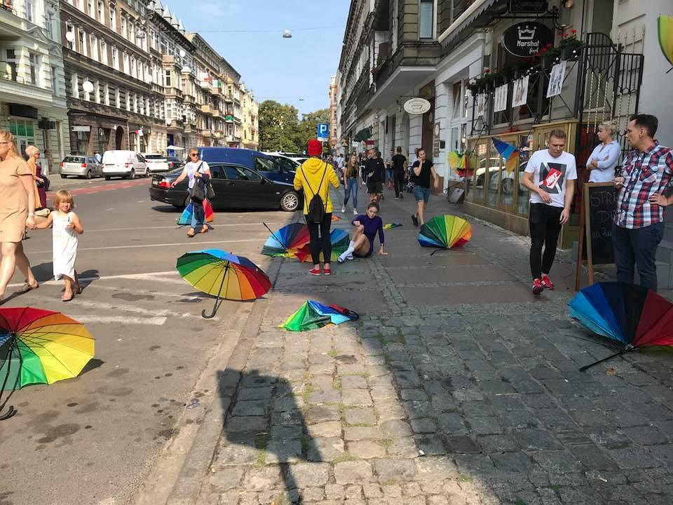 Zdewastowany kolorowy festyn na ul. Rayskiego w Szczecinie.