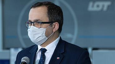 Wiceminister Marcin Horała podczas konferencji prasowej dot. pomocy lotniskom w dobie pandemii koronawirusa. Warszawa, Okęcie, 22 maja 2020