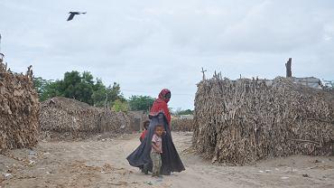 Prowizoryczne obozowisko w Al-Kawd, kilkadziesiąt km od Adenu. Blisko tysiąc osób żyje tu w szałasach skleconych z gałęzi i liści bananowców.