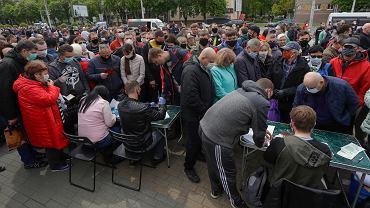 Tysiące Białorusinów w kolejkach poparcia dla opozycyjnych kandydatów na prezydenta. Chcą końca rządów Łukaszenki