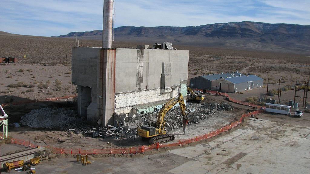 Wyburzanie budynku służącego podczas programu NERVA do składania i rozkładania reaktorów/silników. Częściowo był skażony