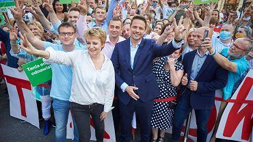 Wybory prezydenckie 2020. 3 lipca, Łódź. Rafał Trzaskowski i prezydent miasta Hanna Zdanowska w drodze na wiec ze zwolennikami kandydata KO na prezydenta.
