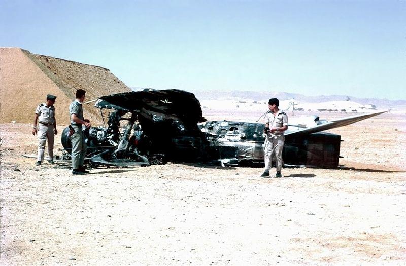 Lipiec 1967 r. Izraelscy żołnierze przy zniszczonym w trakcie walk egipskim samolocie (fot. Wikimedia.org / CC-BY-SA-2.0)