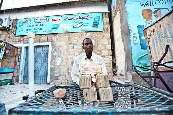 Codziennie w ciągu dziesięciu godzin spędzonych w somalijskim słońcu - temperatury przekraczające 40 stopni nie należą do rzadkości - 34-letni Sulejman wymienia od 100 do 300 amerykańskich dolarów.