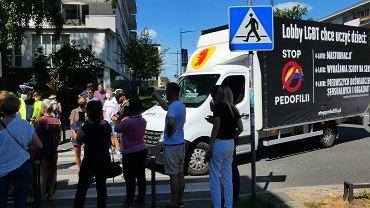 Protest i piesza blokada furgonetki z homofobicznymi hasłami