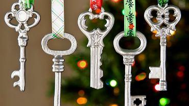 Klucze. Wyszukaj w szufladach stare klucze, na pewno kilka znajdziesz. Oczyść je i przewlecz przez nie kolorowe wstążki. Powieś na choince.Prawda, że pięknie wyglądają?