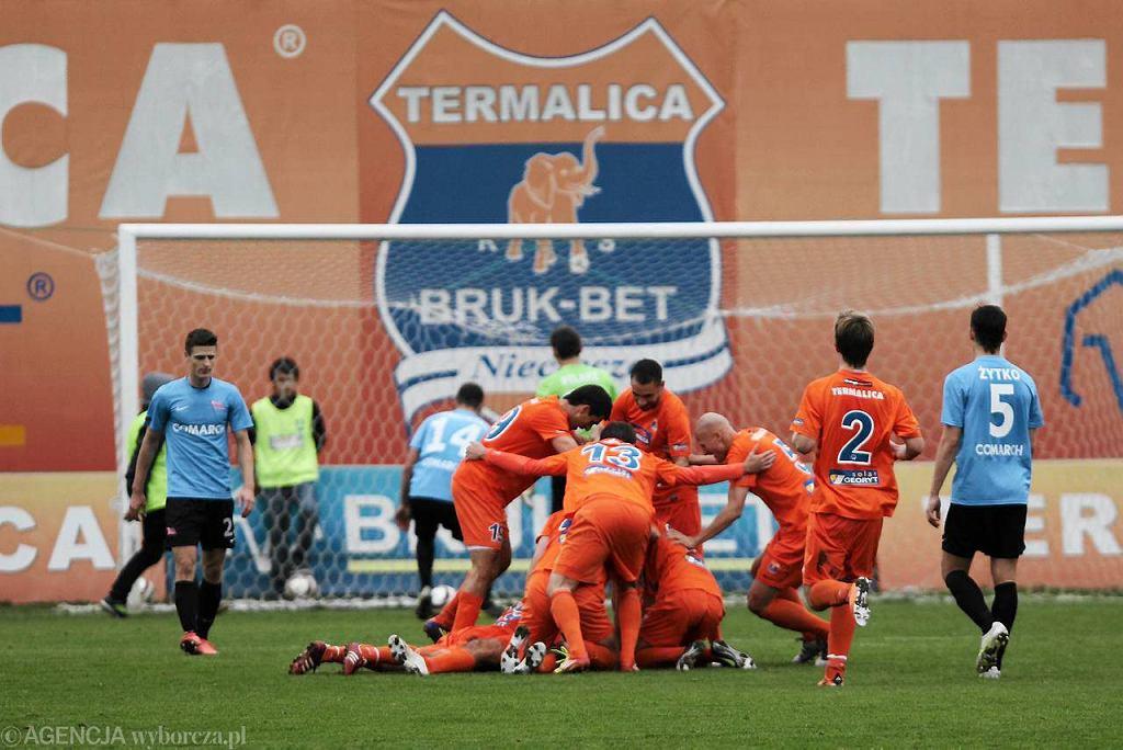 Piłkarze Termaliki cieszą się po zdobytej bramce