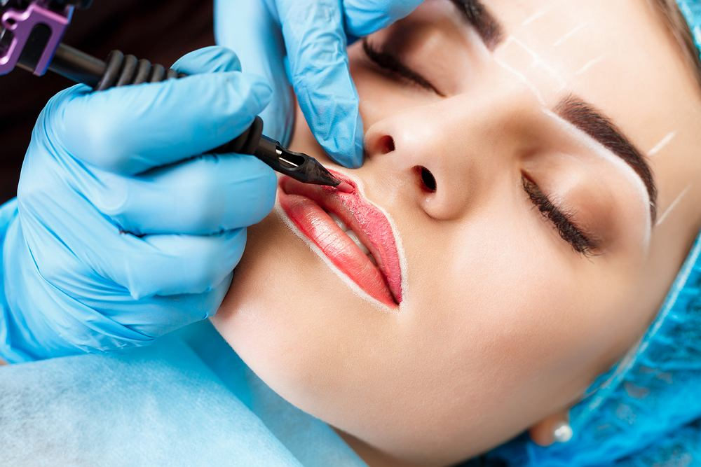 Makijaż permanentny jest polecany osobom, które narażone są na zmywanie oraz rozmazanie się tradycyjnego makijażu oraz tym, które zazwyczaj nie mają czasu lub cierpliwości do codziennego malowania się