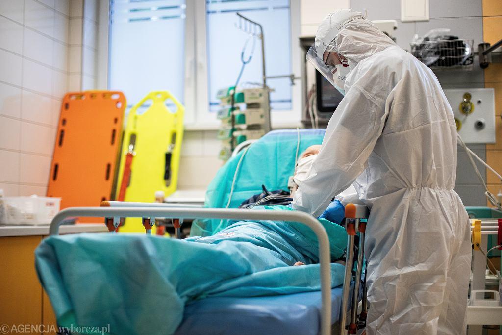 W szpitalach zaczyna brakować łóżek dla zakażonych koronawirusem (zdjęcie ilustracyjne)