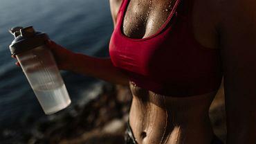 Wysportowana kobieta z umięśnionym brzuchem