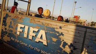 Dzieci grają w piłkę na boisku w Khayelitsha