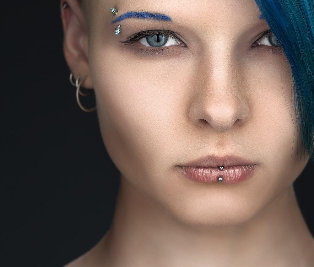 Piercing - to przekłuwaniu rożnych części ciała i umieszczanie tam kolczyków.
