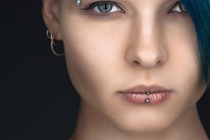Piercing: historia, rodzaje kolczyków. Septum piercing i tragus piercing