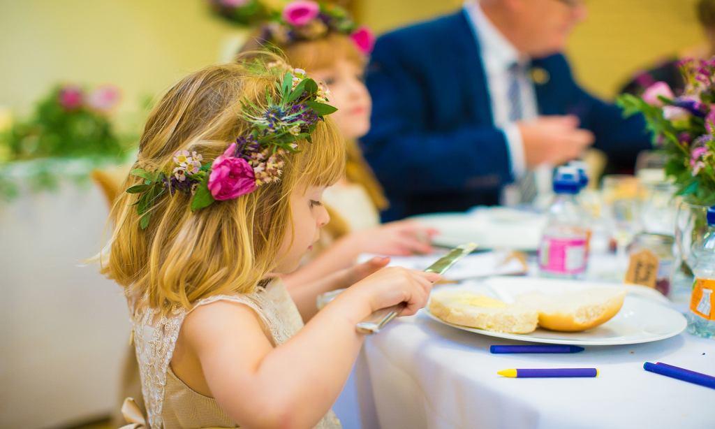 Dziecko na weselu, zdjęcie ilustracyjne