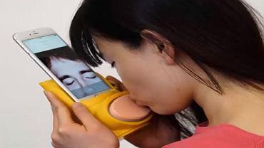 Kissenger pozwala całować się na odległość