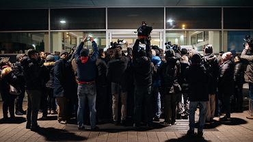 Dziennikarze pod Uniwersyteckim Centrum Klinicznym - czekają na informacji o stanie zdrowia prezydenta miasta Pawła Adamowicza. Gdańsk, 13 stycznia 2018