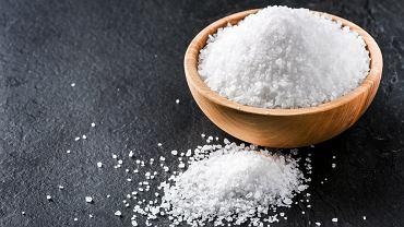 Sól emska to biały, suchy, jednorodny proszek o słonawym smaku, złożony z siarczanów i chlorków sodu i magnezu oraz węglanu sodowego